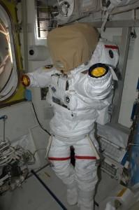 Astronautul Rick Mastracchio a postat aceasta imagine din interiorul modulului Quest, sasul principal al ISS prin care se poate iesi in spatiu, marti, pe contul sau de Twitter.