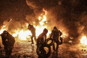 Potrivit Procuraturii ucrainiene, cel putin doi manifestanti au fost ucisi in urma ciocnirilor violente cu fortele de ordine