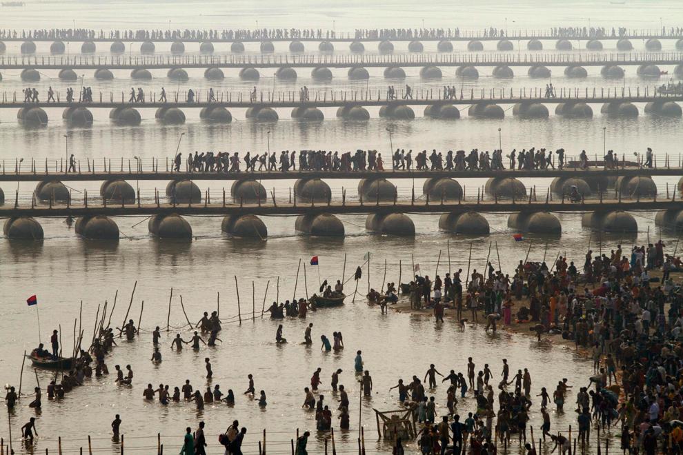 Podurile amplasate doar pe durata festivalului, ce permit accesul la raul sacru