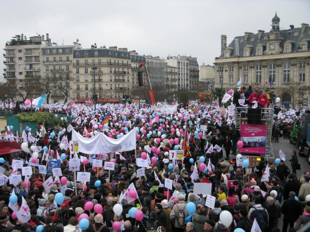 Cu ocazia promulgarii legii casatoriilor gay a avut loc cel mai amplu miting din ultimii zece ani de pe teritoriul Frantei