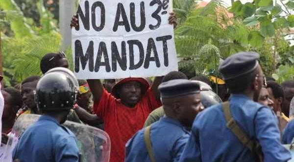 Intenția președintelui Pierre Nkurunziza de a candida pentru un al treilea mandat la președinția țării a încins spiritele în Burundi, alimentând temerile izbucnirii unui război civil la doar un deceniu de la încetarea ostilităților în instabilul stat african