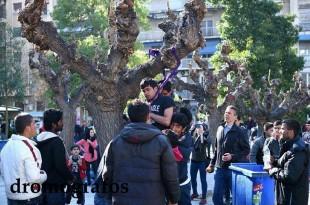 Doi refugiați care au constatat că riscă să rămână blocați în Grecia din cauza închiderii granițelor au recurs la o formă extremă de protest și s-au spânzurat în Piața Victoria din Grecia, Sursa foto: Dromografos News