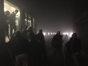 Călătorii dintr-un tren de metrou sunt evacuați în tunel, între stațiile Maalbeek și Schuman. Foto: Le Soir