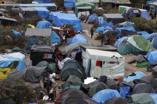 """""""Jungla"""" din Calais, o tabără de adăposturi improvizate de migranții care vor să traverseze Canalul Mânecii pentru a trece din Franța în Anglia, a început să fie evacuată de autorități, provocând ciocniri între forțele de ordine și populația taberei în ultimele 2 zile"""