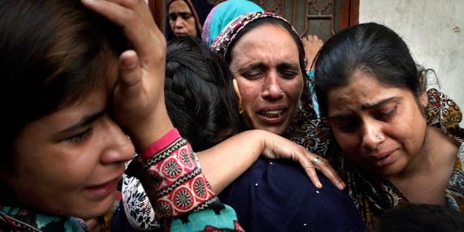 Rudele victimelor atentatului din Lahore și-au îngropat apropiații, în timp ce autoritățile au fost aspru criticate pentru că nu au reușit să prevină unul dintre cele mai sângeroase atacuri împotriva minorității creștine din Pakistan