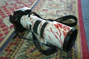 O imagine iconică - aparatul foto însângerat al unui reporter a ajuns să devină o emblemă pentru misiunea tot mai periculoasă pe care jurnaliștii, în special cei  din statele cu regimuri opresive, ajung să o îndeplinească uneori cu prețul libertății sau chiar al vieții