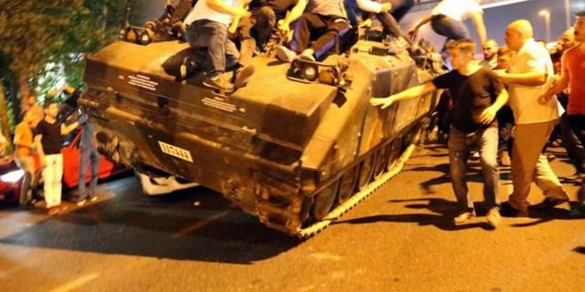 """Ieșirea în stradă a civililor a înclinat balanța de partea regimului Erdogan, oferindu-i președintelui legitimitate în detrimentul forțelor armate a căror acțiune a fost descrisă drept """"un act de trădare""""."""
