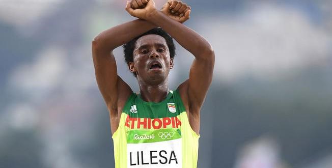 Maratonistul Feyisa Lilesa a cerut azil politic imediat după ce a trecut linia de sosire la Jocurile Olimpice de la Rio, în urma gestului de protest împotriva tratamentul autorităților față de minoritatea Oromo din Etiopia.