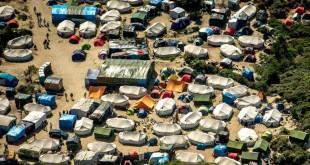 """Autoritățile franceze au promis demolarea """"Junglei"""", așa cum mai este cunoscută denumirea taberei de refugiați și imigranți din Calais, iar Marea Britanie anunță finanțarea unui zid de 4 metri înălțime pentru a-i împiedica pe aceștia să traverseze Canalul Mânecii"""