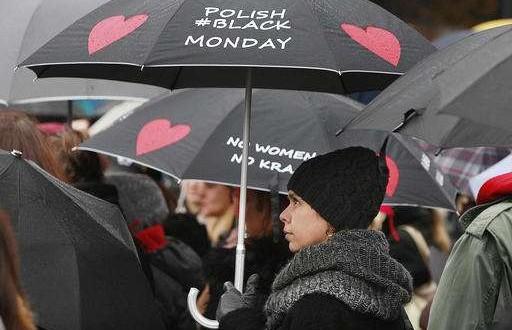 Femeile din Polonia au ieșit din nou în stradă pentru a protesta împotriva inițiativelor guvernului de a restricționa avorturile. FOTO: AP Photo/Czarek Sokolowski