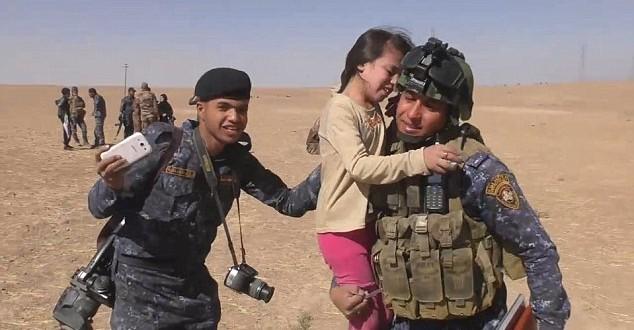 """""""Vă sunt atât de recunoscătoare...nu credeam că veți mai veni. Timp de 3 zile, nu am avut mâncare sau apă și am rămas doar eu și mama mea"""", le-a spus Aysha, o fetiță de 10 ani, soldaților care i-au salvat satul din mâinile militanților ISIS. """"Vă mulțumesc, vă mulțumesc atât de mult, aș vrea să vă sărut picioarele!"""""""