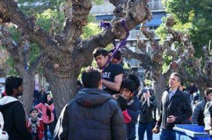 Una dintre imaginile de impact care a circulat în luna februarie a fost cea a doi refugiați care au constatat că riscă să rămână blocați în Grecia din cauza închiderii granițelor și au recurs la o formă extremă de protest spânzurându-se în Piața Victoria din Grecia. Sursa foto: Dromografos News
