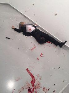O imagine postată pe Twitter, preluată de Daily Mail, arată trupul atacatorului care l-a asasinat pe ambasadorul rus, lovit de mai multe gloanțe
