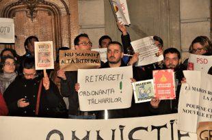 Zeci de protestatari au manifestat miercuri seara în fața ambasadei României de la Paris și au scandat împotriva guvernului PSD-ALDE condus de Sorin Grindeanu, dar și împotriva președintelui PSD, Liviu Dragnea. Foto: ALLA TOFAN/PoliticALL