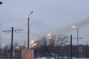 """Autoritățile ucrainene sunt pregătite să evacueze peste 10000 de civili din orașul Avdiivka, aflat în apropierea frontului care delimitează teritoriul controlat de guvernul de la Kiev de cel al rebelilor pro-ruși. Autoritățile ucrainene acuză forțele pro-ruse de bombardarea orașului. Potrivit surselor militare ucrainene, în ziua de 31 ianuarie, """"bătălia este în plină desfășurare"""". Foto: www.uaposition.com"""