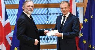 Ambasadorul Marii Britanii la Uniunea Europeana, Tim Barrow, i-a înmânat președintelui Consiliui European, Donald Tusk, scrisoarea oficială care invocă articolul 50 din Tratatul UE, declanșând astfel procesul ieșirii Marii Britanii din UE