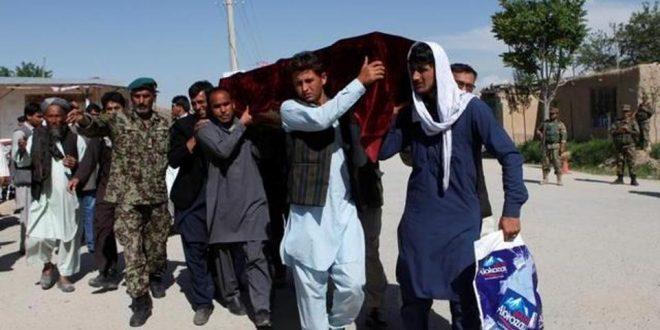 Rudele uneia dintre victimele atacului taliban de vineri asupra bazei militare Mazar-i-Sharif o conduc pe ultimul drum (Foto: Reuters)