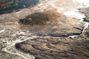 O imagine surprinsă O imagine de deasupra canionului de gheață care acum transportă apa ghețarului Kaskawulsh, aflat în dreapta imaginii, spre râul Kaskawulsh, spre sud, față de cursul obișnuit de sute de ani, spre nord, către râul Slims.   Foto: Dan Shugar/University of Washington Tacoma