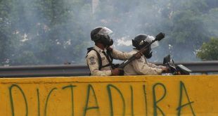 Zeci de mii de protestatari au luat cu asalt străzile din capitala Caracas și cerut demisia președintelui Venezuelei, Nicolas Maduro, după ce trei persoane și-au pierdut viața și alte câteva sute au fost arestate în urma celor mai ample proteste anti-guvernamentale din această țară în ultimii ani. Foto: Fernando Llano/AP Photo