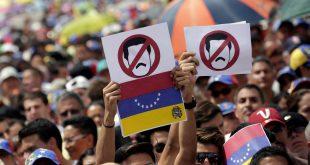 Protestele împotriva președintelui Nicolas Maduro continuă în Venezuela, în timp ce Organizația Națiunilor Unite a discutat pentru prima dată în cadrul Consiliului de Securitate situația din statul sud-american, pe fondul ciocnirilor violente dintre protestatari și forțele de ordine, care s-au soldat și cu moartea mai multor persoane. Foto: CARLOS GARCIA RAWLING / Reuters