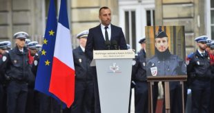 Partenerul de viață al ofițerului de poliție ucis de un jihadist pe bulevardul Champs-Elysees din Paris participă la o ceremonie de căsătorie post-mortem, considerată prima de acest fel din Franța și, cel mai probabil, din lume. Xavier Jugele a fost ucis pe 20 aprilie, iar partenerul său Etienne Cardiles i-a adus un omagiu cu ocazia ceremoniei.