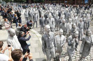 """""""Oamenii-zombi"""" au acaparat vizual străzile din Hamburg într-una dintre cele mai ample manifestații anti-capitaliste desfășurată în timpul reuniunii summitului G20."""