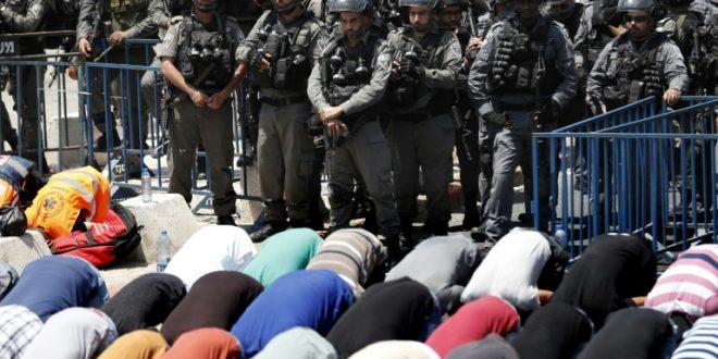 După două săptămâni în care au protestat față de măsurile de securitate impuse de israelieni, palestinienii s-au reîntors pe Esplanada Moscheilor din Ierusalimul de Est. După un calm aparent, credincioșii musulmani s-au ciocnit cu forțele de ordine israeliene, care au făcut uz de gloanțe de cauciuc și grenade cu gaz paralizant. Foto: AFP.