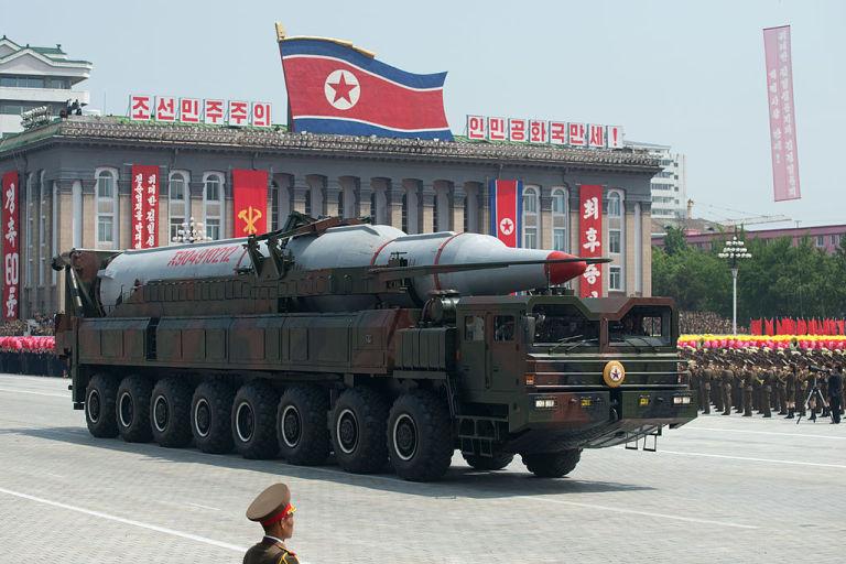 Modelul unei rachete balistice este prezentat în cadrul unei parade militare grandioase, așa cum Coreea de Nord și-a obișnuit cetățenii, dar și opinia publică internațională, de-a lungul anilor.