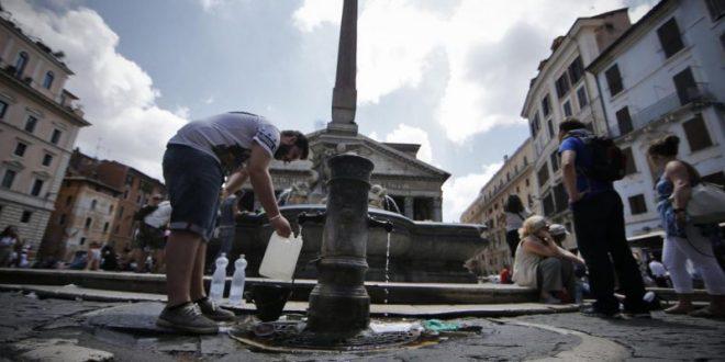 Autoritățile au decis deja oprirea alimentării cu apă a majorității fântânilor pe care turiștii și locuitorii Romei le foloseau pentru a se răcori din cauza secetei și a crizei de apă cu care se confruntă capitala Italiei